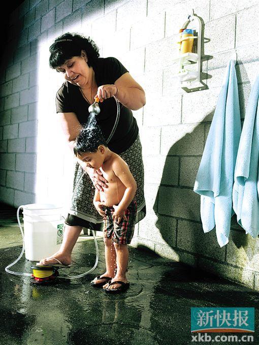 设计师说:简易的水泵装置,踩踩脚泵就可以加热桶子里的水,从花洒头