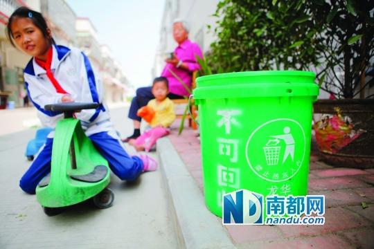 10月15日上午,博罗县龙华镇竹园村内,由村里统一采购的垃圾桶放置在村民家门口。 南都讯 记者郭秋成 本月起,博罗县新增818名农村保洁员,全县农村保洁员达到了2442名,实现了356个行政村全覆盖。经过两年多的努力,该县户收集、村集中、镇转运、县处理的城乡生活垃圾收运处理体系已经基本形成,农村生活垃圾已经实现了常态化管理。若明年春博罗县生活垃圾焚烧发电厂能够如期投产,该县生活垃圾将100%实现无害化处理。 保洁员工资每人每月不少于1200元 据介绍,博罗全县农村专职保洁员队伍,是按居住人口300人