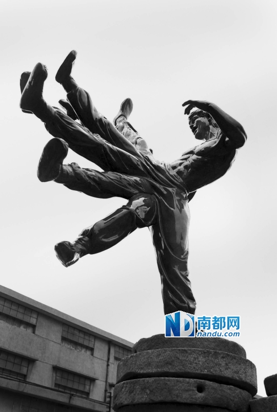 佛山禅城南风古灶1506创意产业园内的李小龙功夫雕像。