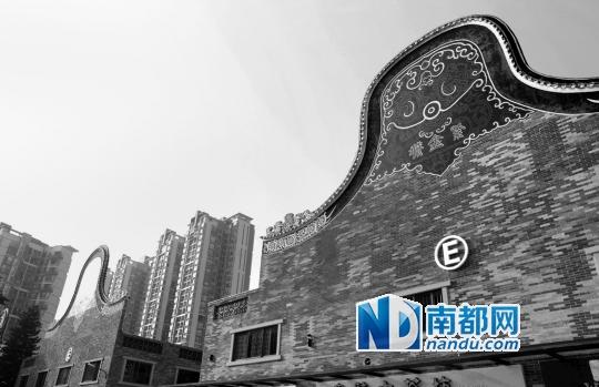 南海紫金城原为南海桂城夏西村的旧厂房,2 0 0 8年时改造为美食街,现在又转型为岭南园林特色的茶叶城。