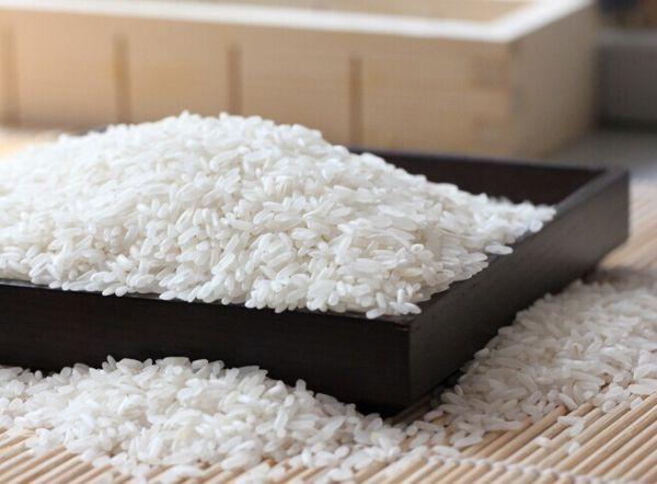 经济观察报 心力/文 微信的朋友圈传播新知和谣言同样迅速。一篇名为《大米是垃圾食品之王》的文章,在朋友圈里拥有超过100万的阅读纪录,依据文中的观点,所谓的现代营养学看来,白米饭几乎不含有蛋白质、脂肪、维生素、矿物质,只有淀粉,因此白米饭绝对符合垃圾食品的定义。 文章的科学性与否先不论证,有多少人因为这篇疯转的文章而远离米饭也未得而知,一个需要注意的事实是,作为超过半数以上中国人每日的主食,普通人对大米的研究与了解少得可怜。南米北面作为中国主食分野,饮食文化的完整与差异也大多在此框架内形成。主食的故事