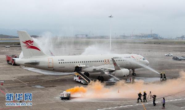 10月28日,参演的消防人员在重庆江北国际机场停机坪上进行客机应急灭火处置演练。当日,全国民航系统针对危险品航空运输泄漏应急处置的演练在重庆江北国际机场停机坪成功举行。来自重庆公安、消防、环保局和江北国际机场等单位的上百名应急人员就锂电池自燃处置、消防灭火、疑似放射源泄漏应急防控、应急人员安全防护等多个科目进行了综合演练。据介绍,随着经济发展和航空运输种类的多元化,危险品航空运输年增长率已超过30%,如何更加安全、快速地处置危险品运输自燃、泄漏事故成为民航业面临的新挑战。新华社记者 刘潺 摄