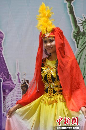 印尼姑娘身穿新疆舞服留影. 顾时宏 摄图片