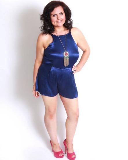 图为瘦身后的佩奇。 中新网10月30日电 据外媒29日报道,22岁的英国女子佩奇原来重146公斤,她的前男友说她太胖以至于两人不能好好亲热,佩奇备受打击,从此下决心减肥,成功甩掉赘肉,瘦到了64公斤。 据悉,佩奇原来体重高达146公斤,但她从前没有刻意要减体重,她总是开玩笑的宽慰自己,胖子也挺好。即便是有一次在朋友家坐坏了一把椅子,也只是一笑了之。 但是,没想到,前男友在两人认识一周年纪念日时,对她说,因为她太胖,腰太肥,两人甚至不能好好亲热。佩奇说,这番话对她打击很大,也让她产生了减肥的动力。 佩奇于