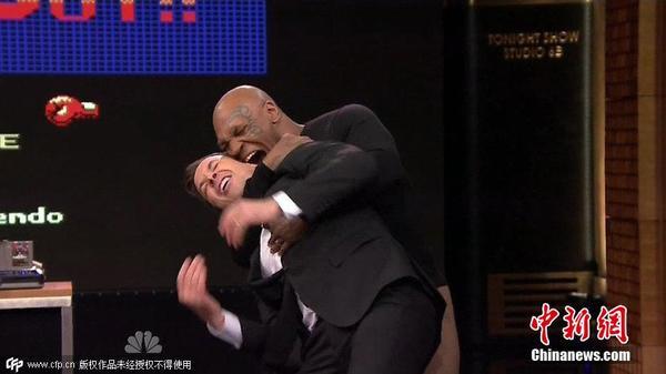 拳王泰森现身脱口秀 重演撕咬耳朵桥段图片