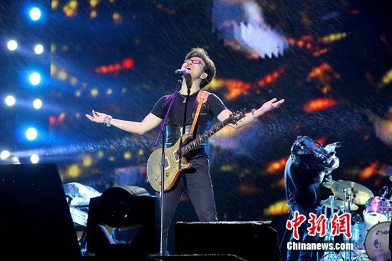 雨中汪峰笑傲山城 歌迷风雨大合唱|汪峰|演唱会_凤凰图片