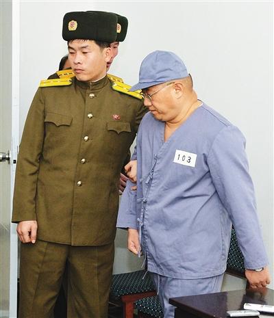 韩裔美国人裴俊浩在朝鲜平壤关押期间与部分媒体见面. 新华社/路透