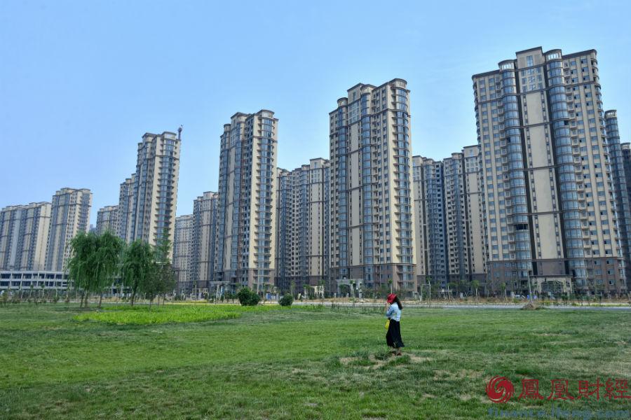 9、河南洛阳 2014年5月17日,河南洛阳伊滨新区,一座座高楼拔地而