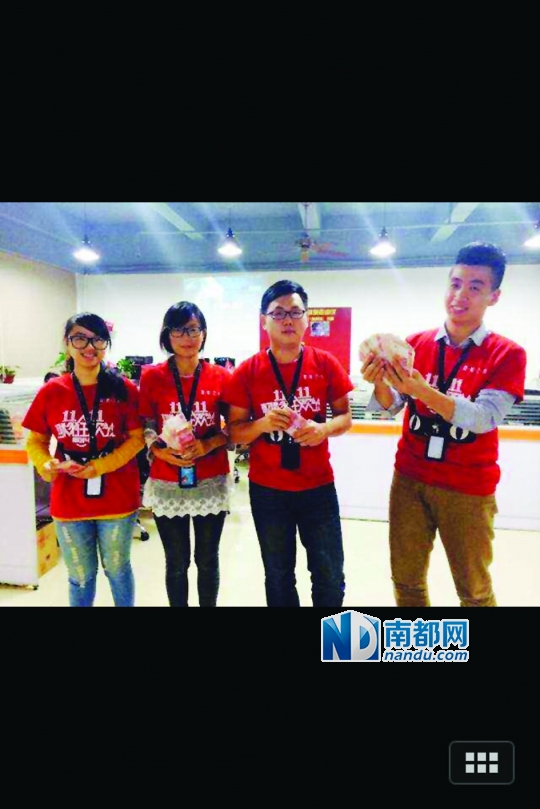 1 昨日下午4点,深圳一网店销量达到10 0 0万,员工收到老板兑现的10万奖金。