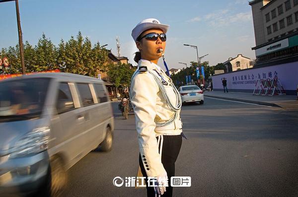 气女交警动作标准、指挥准确,成为街头的一道风景线.图片来源: