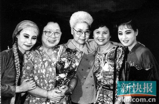 """■1996年8月,上海芭蕾舞团《白毛女》在北京演出。王昆、田华、石钟琴、辛丽丽、瞿笑意在演出后,四代""""喜儿""""一起合影。"""