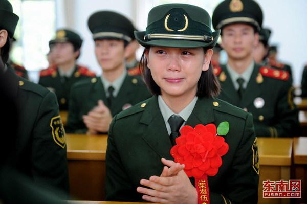 又到一年退伍时:退伍美女士兵哭成泪人高清|女兵
