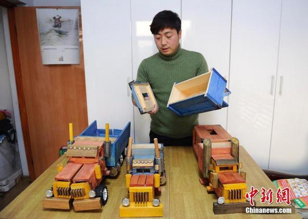 """他的""""擎天柱""""是纯木头打造,造型逼真,除了可以灵活变形,还具有纸抽盒"""