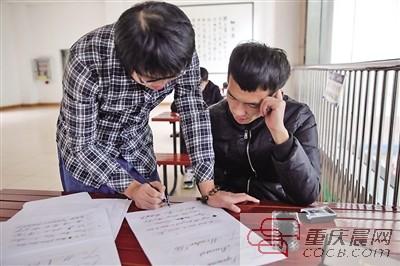 罗石中制作的英文书签. 重庆晨报记者 王鑫 通讯员 尹一智 摄