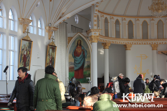《龙号机车》在唐山市丰南区小稻地村的天主教堂内取景拍摄。长城网张光明摄
