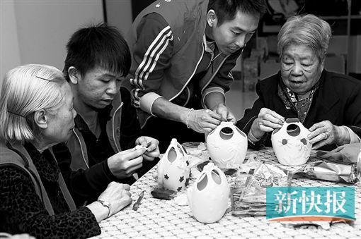 ■這是2013年11月20日,廣州市海珠區松鶴養老院的長者在做手工藝。松鶴養老院在此次規劃中將利用周邊地塊進行擴建。新快報記者 寧彪/攝(資料圖)