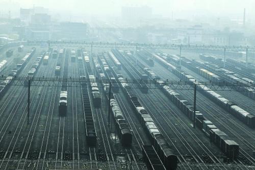 昨起中原货物快运常态化 铁路发货运费比公路省20%