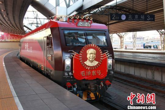 """第五次换型后的""""毛泽东号""""机车整装待发。 李溢春摄"""