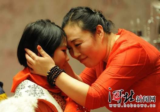 """石家庄""""爱心妈妈""""陪贫困儿童迎新年(图)"""