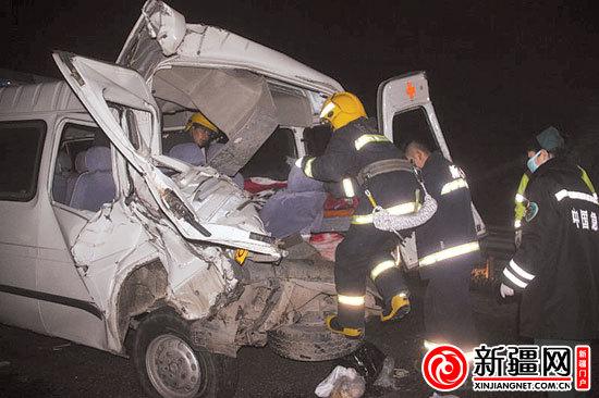 伊犁救护车乌奎高速出车祸|追尾|货车