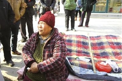 七旬老妇街头风餐露宿4个月 称等儿子接其回家(图)