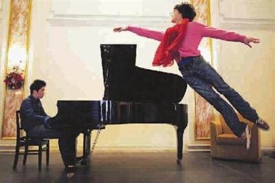 用指尖在钢琴上跳舞