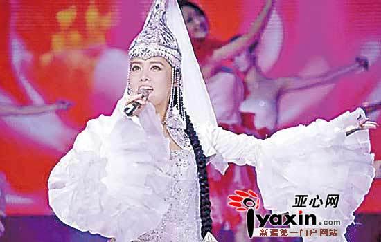 王娜菲在《星光大道》舞台上身穿哈萨克族服饰演唱《春天的芭蕾》 图