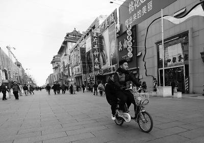 步行街上骑车