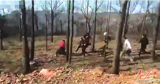 网传郑州警察在小树林被群殴 警方:暂未发现警情