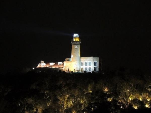 灯塔为在茫茫大海中南来北往的船舶校正航向,指引迷途,是黑夜中的生命