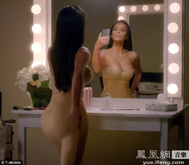 卡戴珊紧身长裙女王出巡 拍广告大秀丰乳翘臀