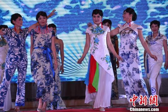 中老年模特队长沙走秀 弘扬旗袍文化