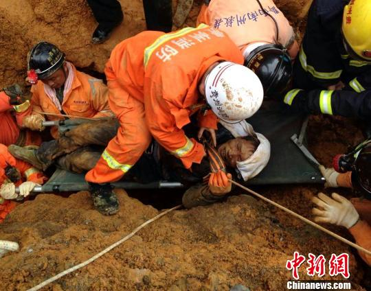 贵州兴仁建筑工地塌方 被埋4人全部获救(图)图片
