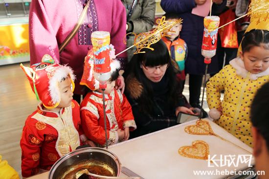 迎新年 石家庄市一幼儿园举办民俗庙会