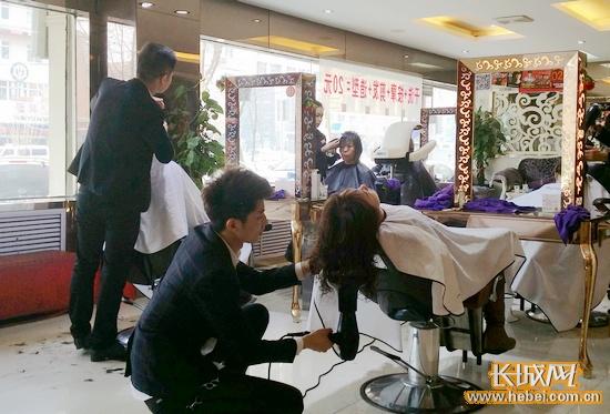 临近春节,理发店顾客数量增多。长城网 宿馨元 摄