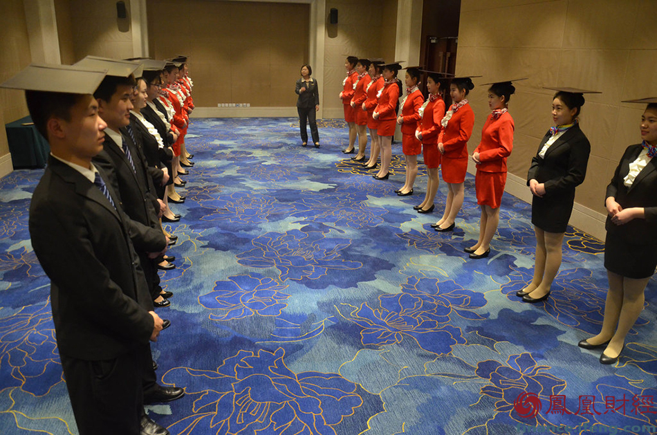 """,在北京某驻地酒店,礼仪教师卢萍正在对""""两会""""服务志愿者进行"""