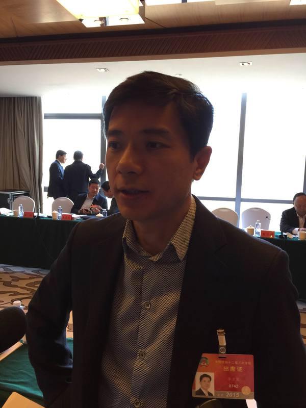 李彦宏在两会现场接受证券时报记者采访