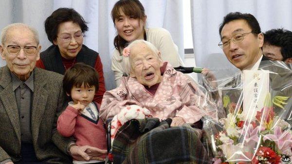 3月4日,世界上最長壽老人——日本老太大川(Misao Okawa)——在生日前一天與傢人一起舉辦慶祝活動,共同迎接自己即將到來的117歲生日。(圖片來源:美聯社)