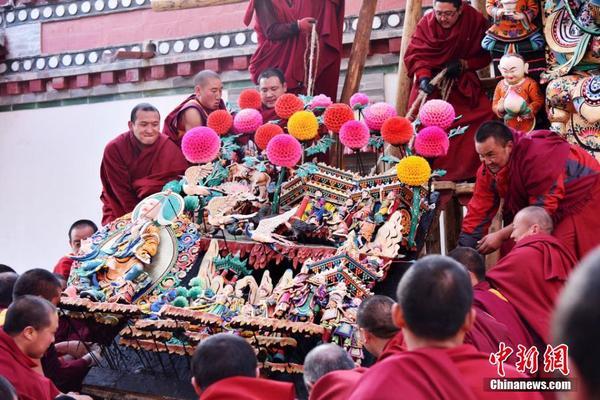 每年农历正月十五晚,是塔尔寺一年一度酥油花展对外开放的日子。塔尔寺是中国藏传佛教格鲁派(黄教)创始人宗喀巴诞生地,为中国藏传佛教格鲁派六大寺院之一。 该寺酥油花制作分为上下两个花院,展出前,两个花院对制作主题彼此保密。塔尔寺寺管会相关负责人介绍,今年酥油花展上花架有25名艺人,下花架有25名艺人,投资达到百万元。当晚预计有20万游客和信众涌入塔尔寺观看酥油花展。图为塔尔寺僧人将制作好的酥油花抬上花架。赵凛松
