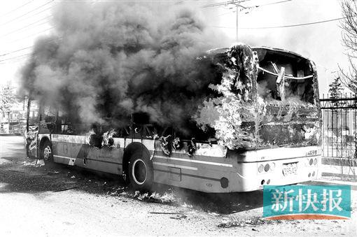 呼和浩特一公交车起火