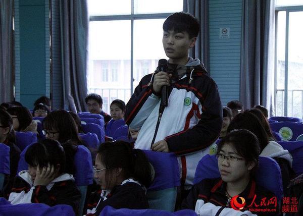 洪山高中学生与专家互动
