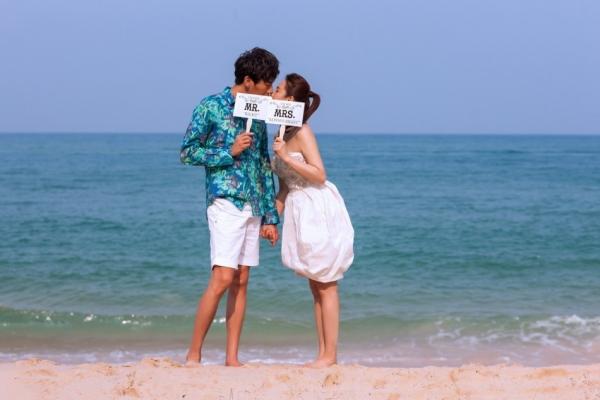财经  伊能静和秦昊在普吉岛海边拍摄浪漫婚纱照,46岁的新娘再次披上