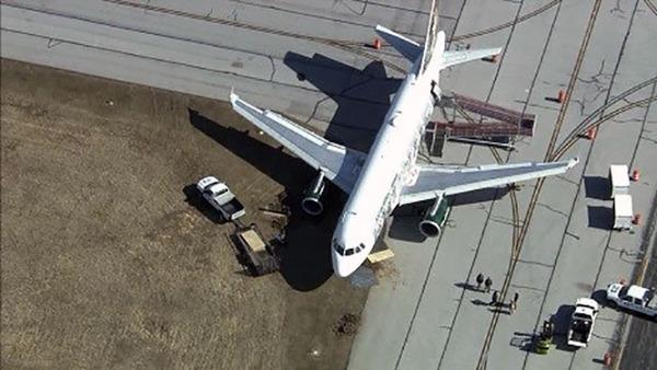 美国威明顿机场一架飞机冲出滑行道(组图)