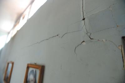 管庄村一平房墙面开裂