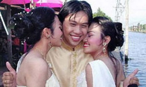 青梅竹马难离分 泰国男子把双胞姐妹娶回家(图)