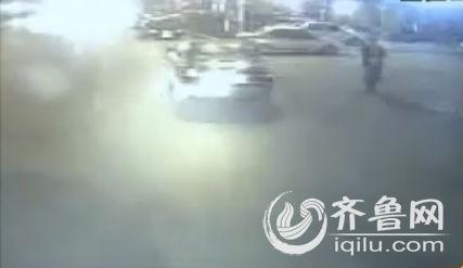 3月28号晚上9点多,冯师傅和往常一样,驾驶着一辆助学公交车在菏泽一中南校区等候学生放学回家。这时,有一名男生上车后,没有出示乘车卡就直接往车厢后面走。(视频截图)
