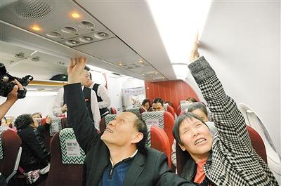 第一次坐飞机的盲人用手感知飞机。 重庆晨报记者胡杰摄