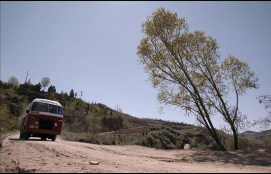 行驶在陕北黄土高原上的长途客车