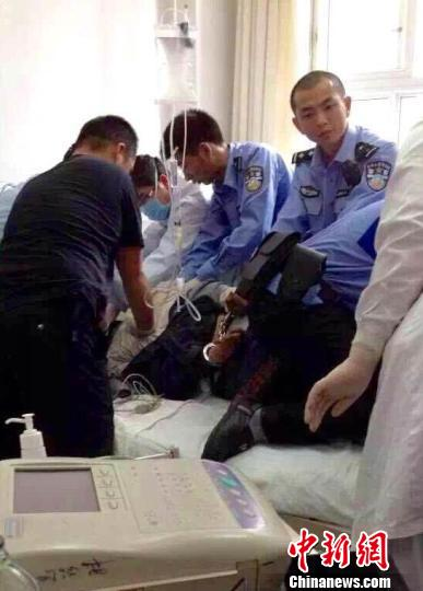 杀人疑犯正在医院抢救。 钟欣 摄