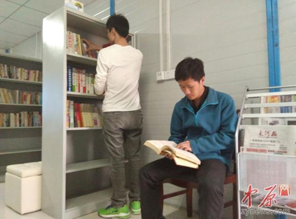 图书室里农民工可以阅读喜欢的书刊